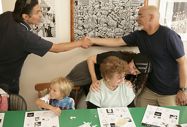 Neighbors meet at a Porto Loteria game where they played and recommended images for the game.